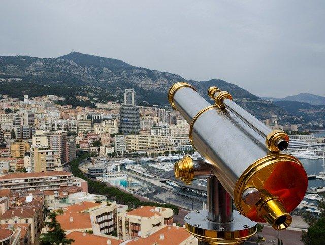 Télescope offrant une vue imprenable sur la Principauté de Monaco.
