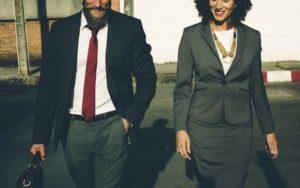 Un homme et une femme en déplacement professionnel.