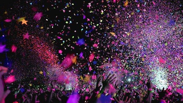 Confettis colorés lancés lors d'un événement.