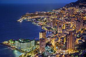 Photographie de la ville de Monaco la nuit.