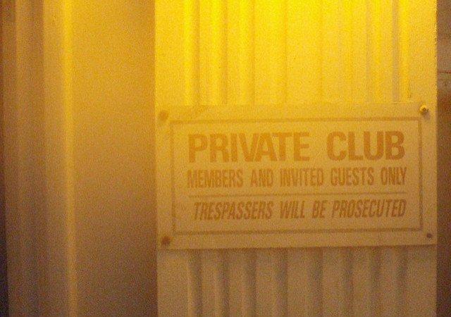 Entrée de club privé où l'on vient en VTC à Monaco.