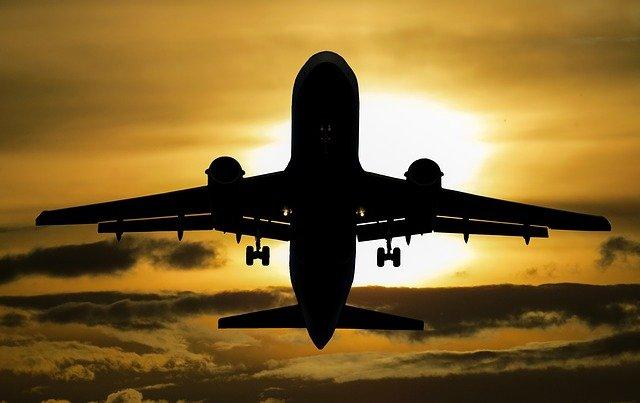 Avion en train de décoller depuis l'aéroport de Nice.