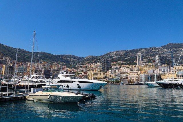 Port azuréen avec ses yachts.