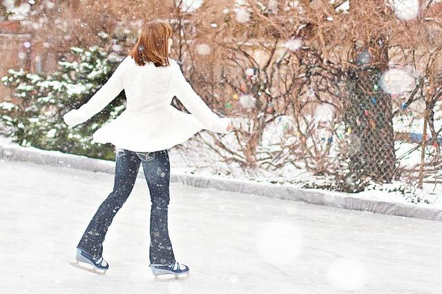 C'est une femme qui fait du patinage.