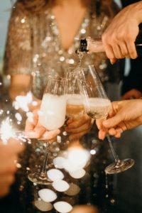 Des personnes trinquent au champagne.