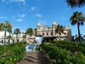 Devant le casino de Monte-Carlo.