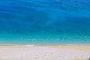 Plage de sable clair et d'eau turquoise