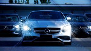Des Mercedes prêtes à prendre leurs passagers.