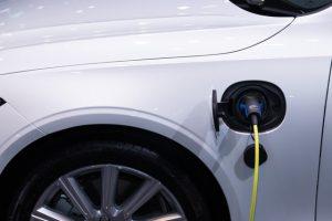 Voiture électrique en chargement.