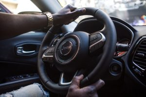 Homme conduisant une berline.